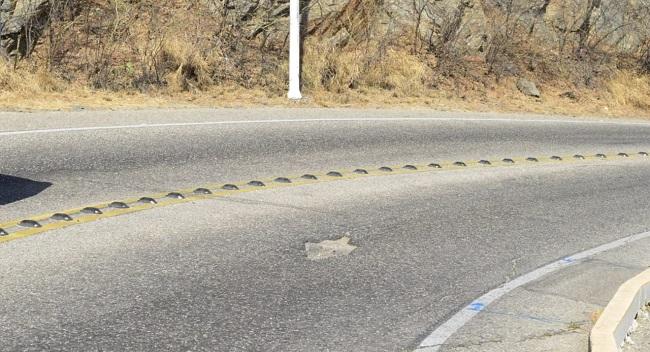 Los huecos en las curvas constituyen un peligro para los automotores; dado al riesgo que generan para los conductores los cuales muchos de ellos no dan para esquivarlos, lo que ha ocasionado algunos accidentes en los últimos años.