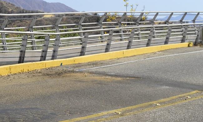 """Los conductores de transporte público se preguntan qué se está haciendo con los recursos de la sobretasa de la gasolina que deben ser destinados en el mejoramiento de las vías. Denuncian que hace más de seis años no se destinan recursos para el reparcheo de la arteria vial. Por su parte, Luis Rodríguez, conductor de una buseta del servicio público de la ciudad resaltó que """"los huecos de la carretera del Ziruma dobla los rines, daña la suspensión y los amortiguadores"""", agregó."""