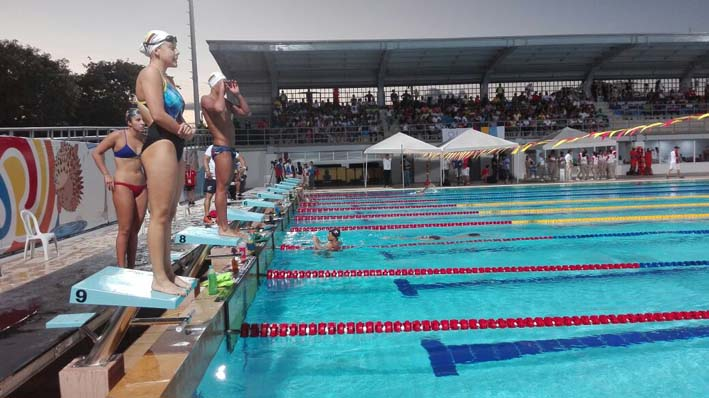 Los atletas hicieron un precalentamiento antes de iniciar las competencias y se lanzaban desde los tacos de salida.