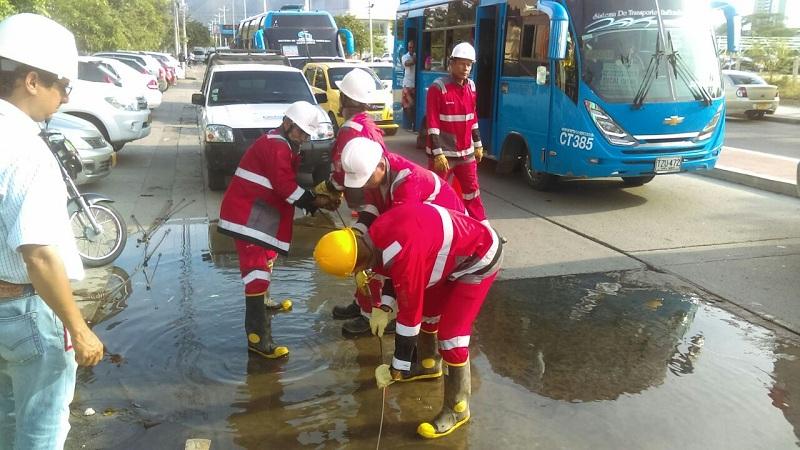 Atienden emergencia por taponamiento de alcantarilla en el Centro