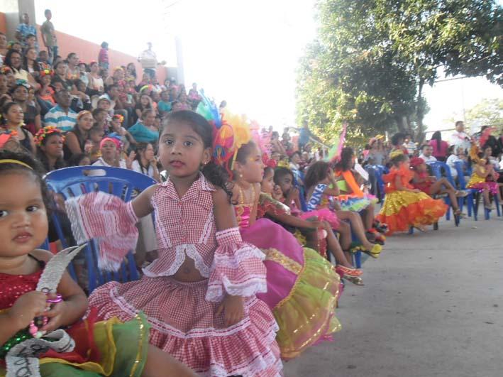 Los niños de diferentes instituciones de Barrancas participaron en las fiestas de carnaval.