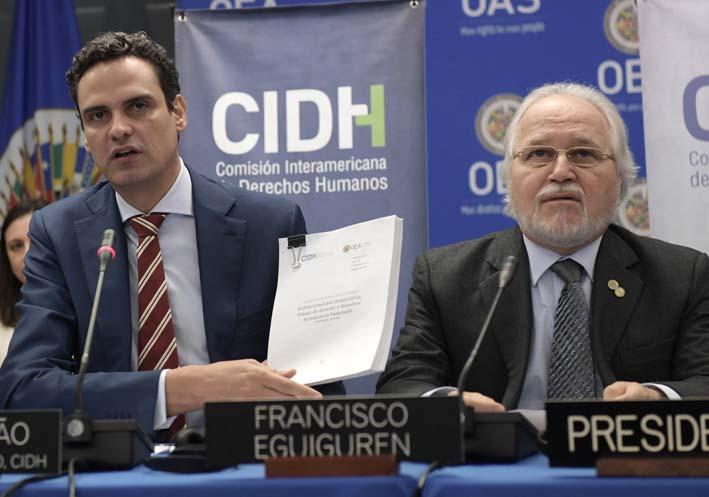 El secretario general de la Comisión Interamericana de Derechos Humanos (CIDH), Paulo Abrão (i), presenta el informe