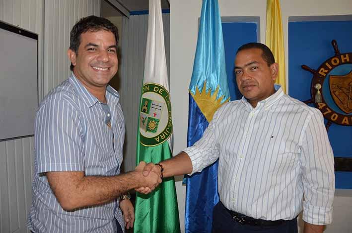 Aspecto de la reunión que sostuvieron el alcalde saliente y entrante, Miguel Pugliese Chasaigne y Fabio David Velásquez Rivadeneira, respectivamente.