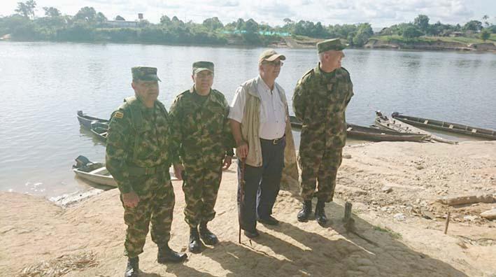 Ministro Luis Carlos Villegas durante su visita a Mitú.