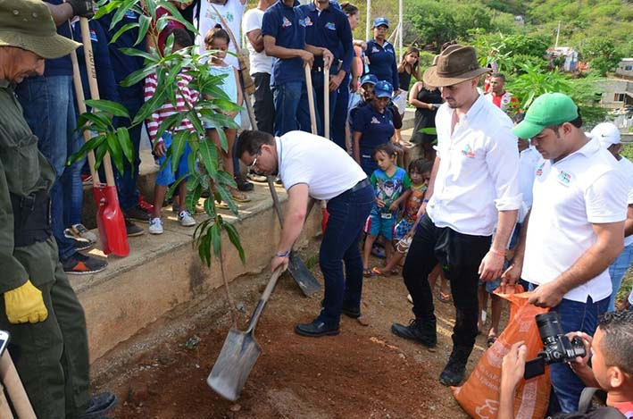 Distrito planta 80  árboles en el barrio San Fernando