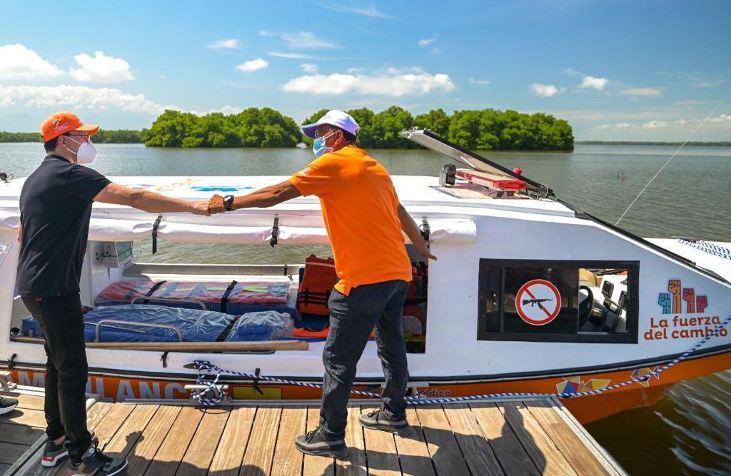 El gobernador del Magdalena, Carlos Caicedo Omar, haciendo entrega de la ambulancia acuática a la comunidad de Nueva Venecia.
