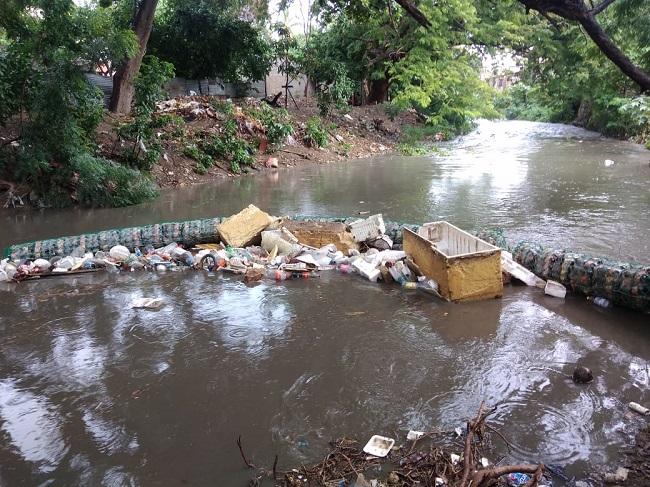 Barrera atrapa basuras del río Manzanares hace su trabajo, mientras los ciudadanos contaminan - Noticias de Colombia