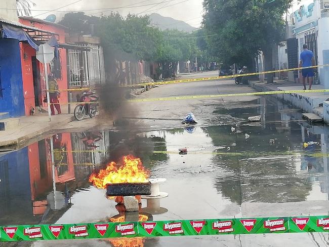 En Pescaíto queman llantas y bloquean calle como protesta por rebosamientos de alcantarillas - Noticias de Colombia
