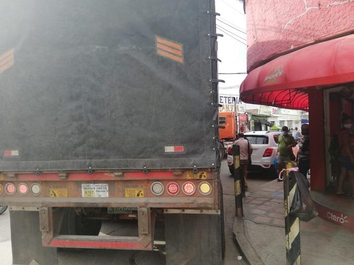 Vehículos mal parqueados obstruyen el paso de las tractomulas al Mercado Público - Noticias de Colombia