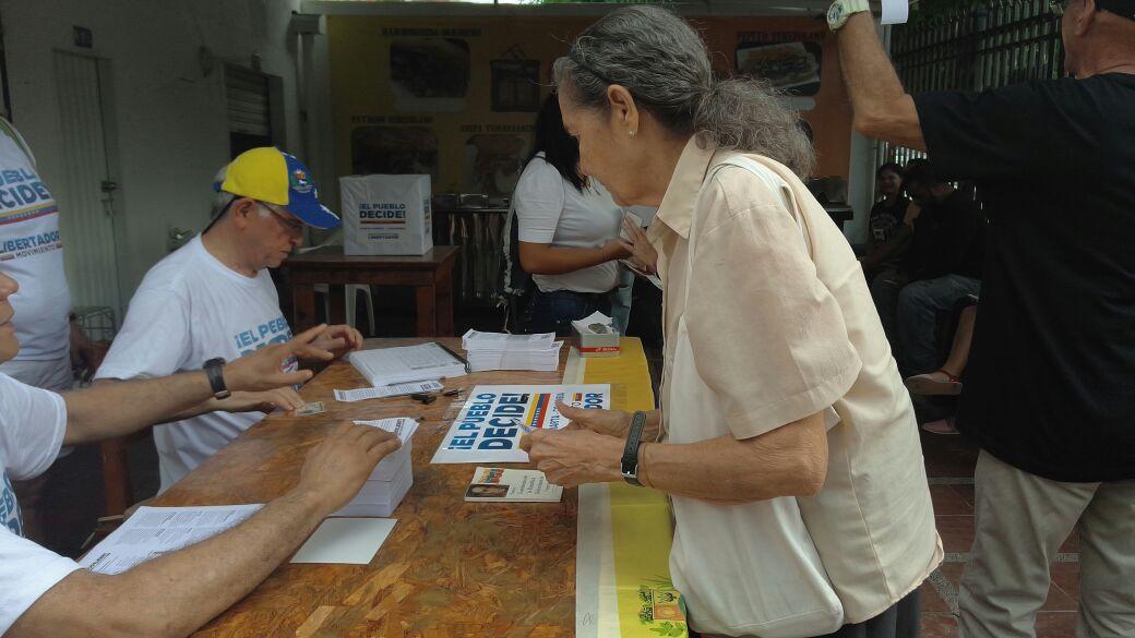 Venezolanos ejercen su derecho al voto en Santa Marta