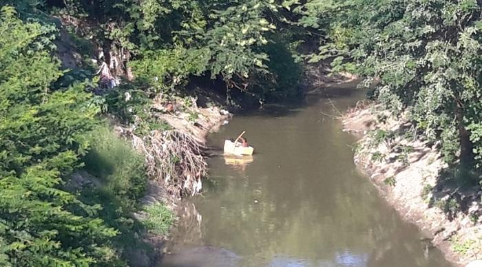 Se bañan en el río Manzanares y juegan con neveras que botan ciudadanos