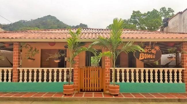 Fachada del hotel Coco Bomgo en Minca.