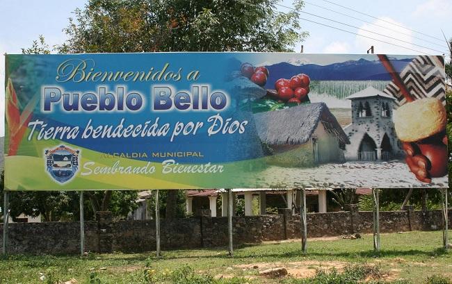Aviso de bienvenida a Pueblo Bello.