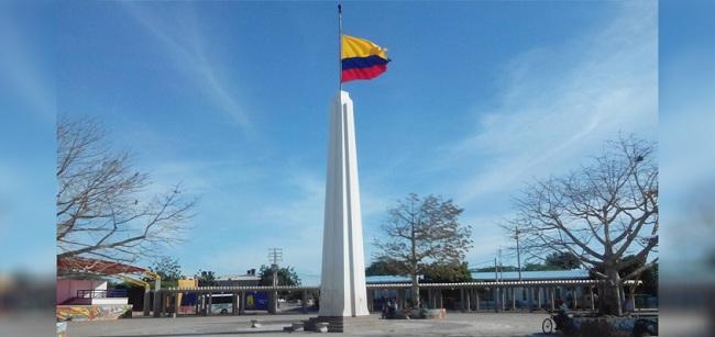 Obelisco en la plaza principal de Uribia.
